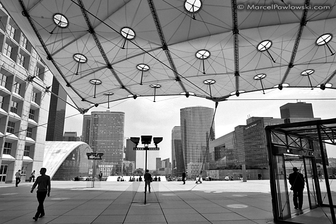 Walking Silhouettes below the Grande Arche