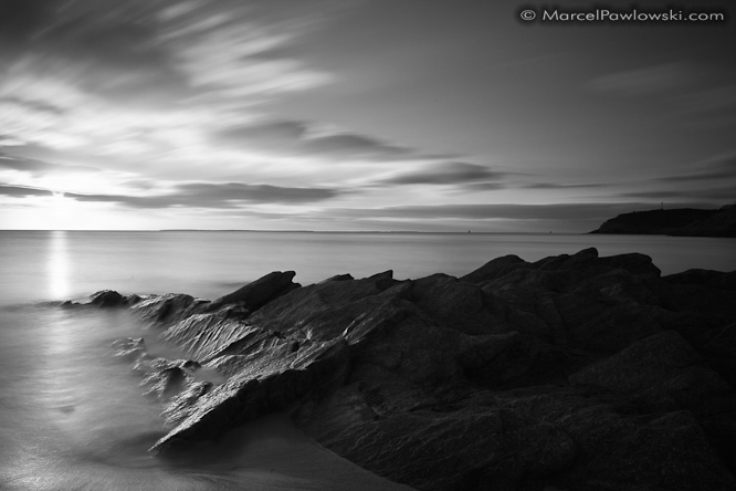 [:en]Black and white long time exposure of rocks in the sea close to Le Conquet in Brittany.[:de]Schwarzweisse Langzeitbelichtung von Steinen im Meer bei Le Conquet in der Bretagne, Frankreich.