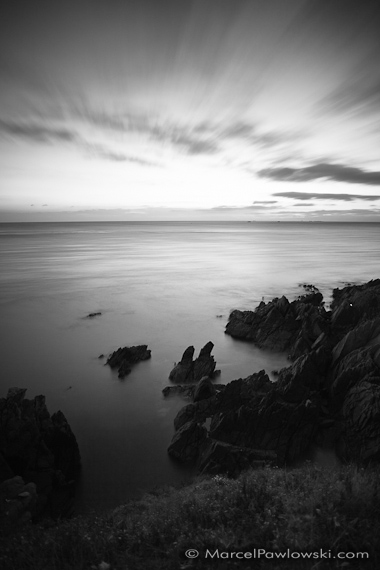 [:en]The sun sets in the see as seen from above the cliffs of Saint Mathieu in Brittany, France. The Clouds seem to follow the sun in this black and white long time exposure.[:de]Die Sonne versinkt im Meer vor den Klippen von Saint Mathieu in der Bretagne, Frankreich. Die Wolken scheinen der Sonne zu folgen, bedingt durch die lange Belichtungszeit der Aufnahme.