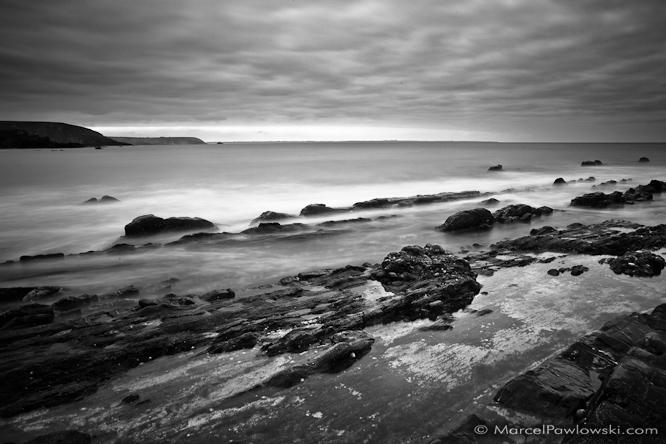 [:en]The sea-water flows around rocks lining up on a beach close to the Point Dinan on the Crozon peninsula in Brittany, France[:de]Linienförmige Steinanordnungen werden vom Meerwasser umspült. An einem Strand nahe der Pointe Dinan auf der Crozon Halbinsel, Bretagne, Frankreich.