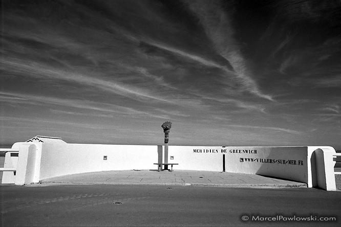 Touristskop am Greenwich Meridian in Frankreich, am Strand der Küste von Villers sur Mer in der Normandie